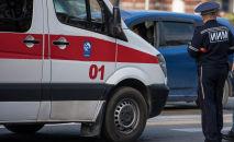 Карета скорой помощи и сотрудник ГУОБДД на месте автонаезда. Архивное фото