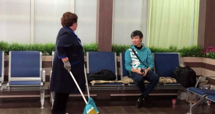 Хадаа Арлен аттуу жигит 2019-жылдын январь айынан бери Манас аэропортунда жашап жатат