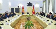 Премьер-министр Мухаммедкалый Абылгазиев Апрель революциясында курман болгондордун туугандары жана жабыркагандар менен жолукту