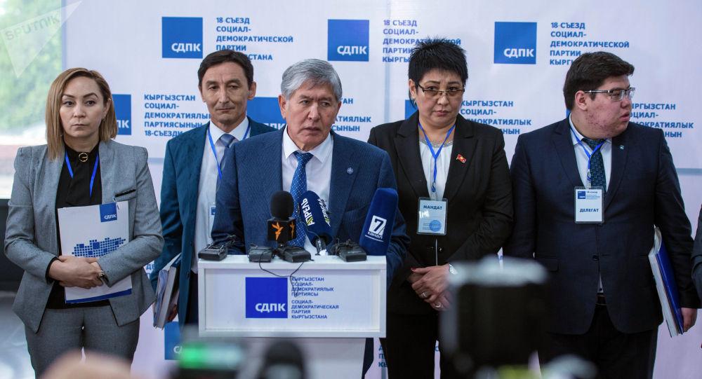 Кыргызстандын экс-президенти Алмазбек Атамбаев (ортодо). Архив