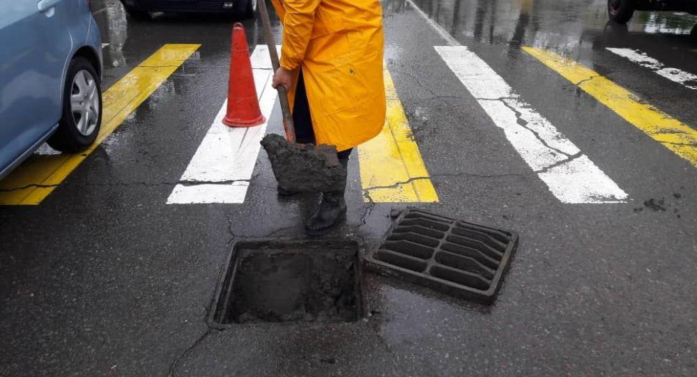 Сотрудники городских служб очищают арыки. Архивное фото