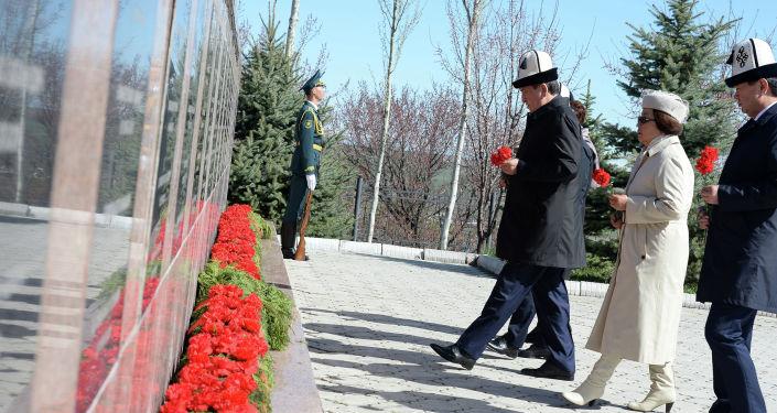 Президент КР Сооронбай Жээнбеков возложил цветы к монументу памяти погибших в Апрельских событиях 2010 года в мемориальном комплексе Ата-Бейит