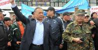 Курманбек Бакиев с братом Жанышем Бакиевым во время Апрельской народной революции 2010 года. Архивное фото