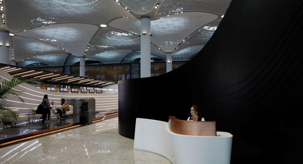 Администратор ждет пассажиров у входа в зал регистрации бизнес-класса Turkish Airlines в новом городском аэропорту Стамбула в Стамбуле, Турция, 6 апреля 2019 года