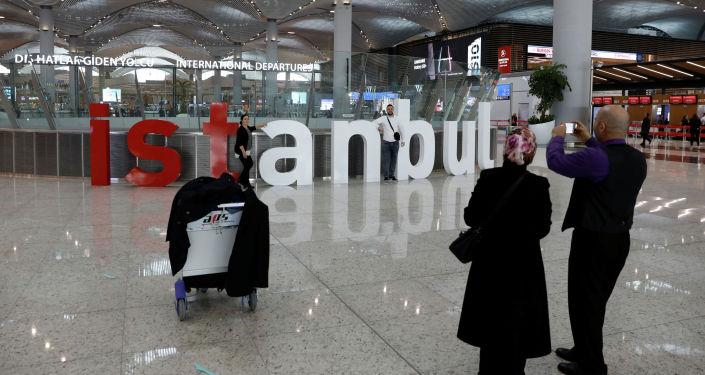Пассажиры фотографируют в новом городском аэропорту Стамбула в Стамбуле, Турция, 6 апреля 2019 года