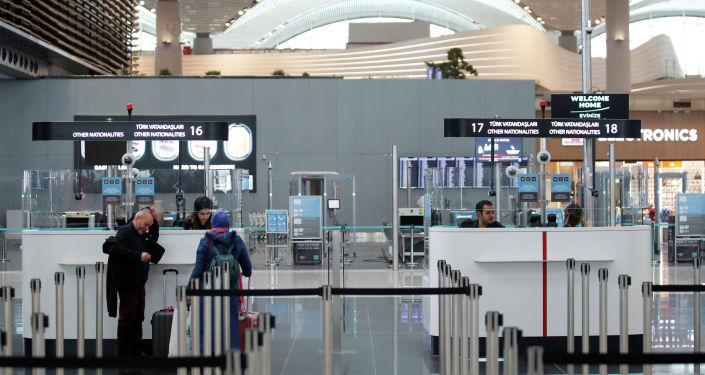 Пассажиры ждут паспортного контроля в новом городском аэропорту Стамбула в Стамбуле, Турция, 6 апреля 2019 года