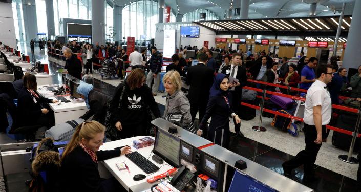 Регистрация людей в новом городском аэропорту Стамбула в Стамбуле, Турция, 6 апреля 2019 года