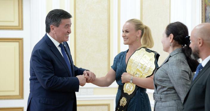Президент Кыргызской Республики Сооронбай Жээнбеков встретился с чемпионкой мира по смешанным единоборствам по версии UFC Валентиной Шевченко.