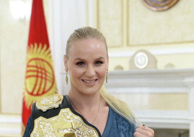 Чемпионка мира по смешанным единоборствам по версии UFC Валентина Шевченко во время встречи с президентом Сооронбаем Жээнбековым