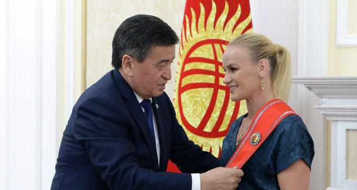 Президент КР Сооронбай Жээнбеков  наградил престижным орденом Данк чемпионку мира по смешанным единоборствам по версии UFC Валентину Шевченко.