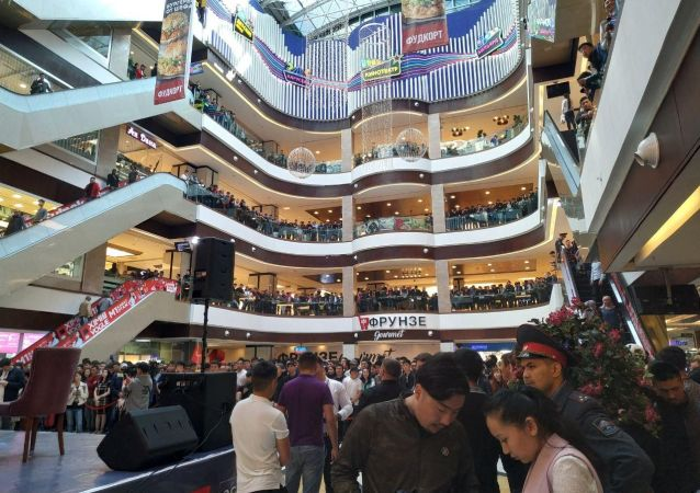 Толпа народу ожидают прибытие Валентины Шевченко в торговом центре Бишкекпарк