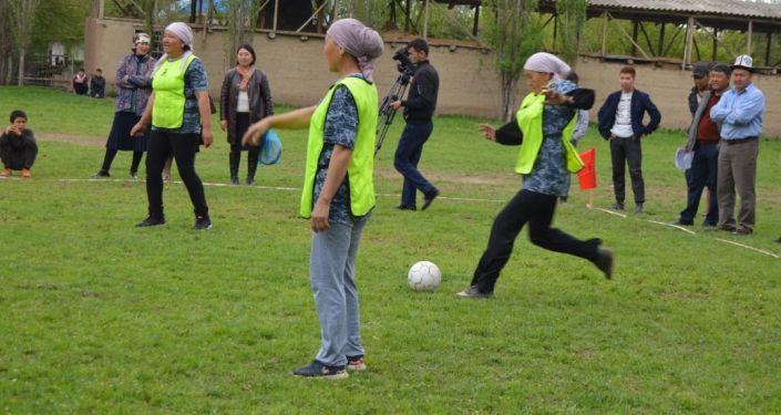 Женщины во время турнира по футболу в айыльном аймаке Сакалды