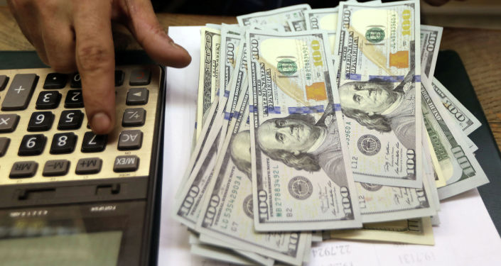 Доллары и калькулятор на столе. Архивное фото