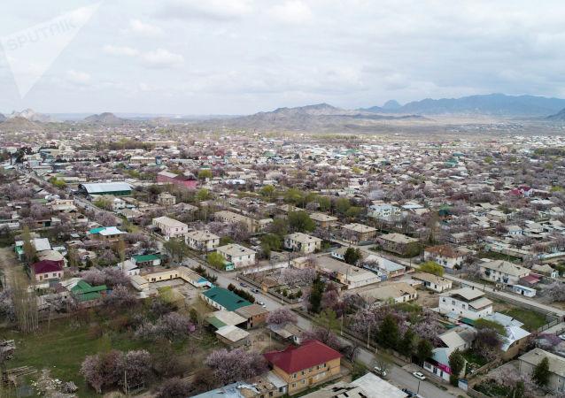 Вид на город Баткен с высоты. Архивное фото
