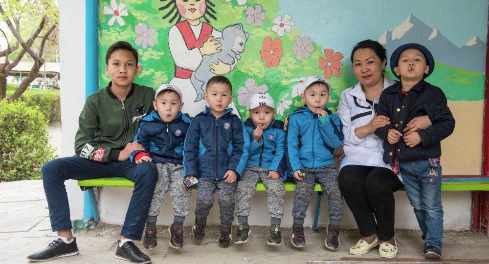 Четверняши Алмазбек, Асылбек, Кубанычбек и Камчыбек с братьями и мамой