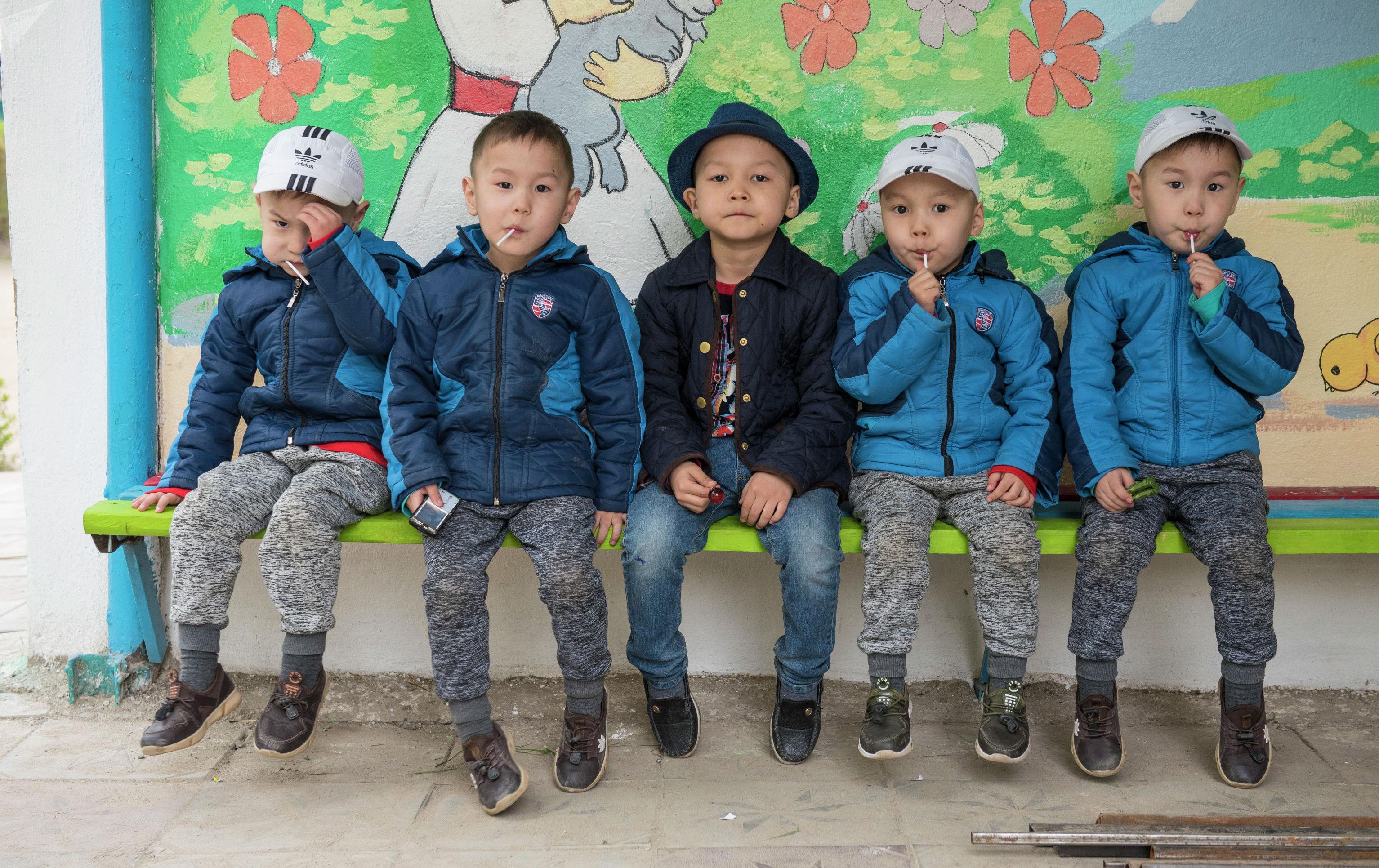 Четверняши Алмазбек, Асылбек, Кубанычбек и Камчыбек с братом