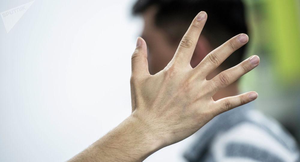 Человек дает пощечину мужчине. Архивное фото