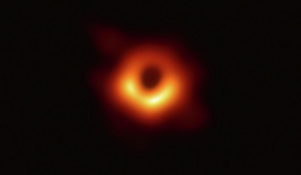 Астрофизиктер тарыхта алгачкы ирет Messier 87 галактикасындагы кара чекиттин сүрөтүн тартышты. Ал жерден 53 миллион жыл алыстыкта турат.