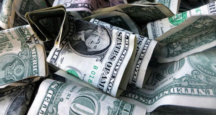 Коробка с заполненными долларами. Архивное фото