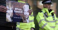 Мужчина стоит с плакатом в поддержку основателя WikiLeaks Джулиана Ассанжа у Вестминстерского суда в Лондоне, где рассматривается дело Дж. Ассанжа.