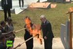 Председатель Европейской комиссии (ЕК) Жан-Клод Юнкер едва не поджег первую леди Руанды Жаннетт Кагаме огнем от факела.
