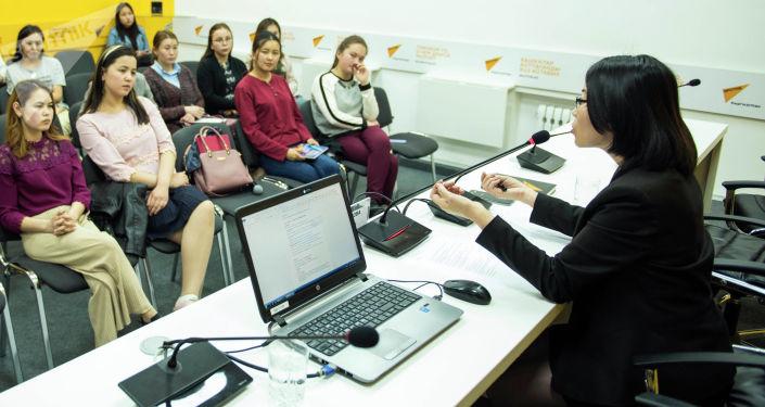 Старший журналист информационного агентства и радио Sputnik Кыргызстан Нургуль Максутова провела мастер-класс для студентов.