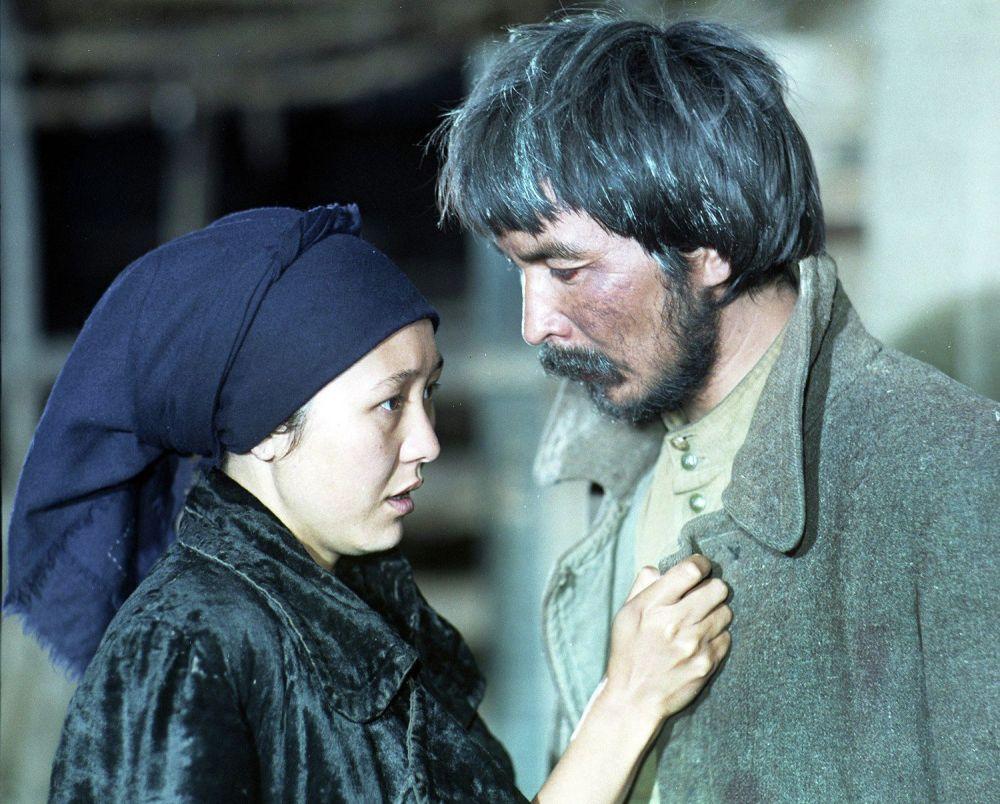 Актриса Шайыр Касымалиева менен актер Бусурман Одуракаев. Бетме-бет тасмасы, 1990-жыл.
