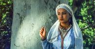 Сүйүү закымдары көркөм тасмасында Таттыбүбү Турсунбаеванын кызы Асел Эшимбекова Алтынбүбүнүн образында