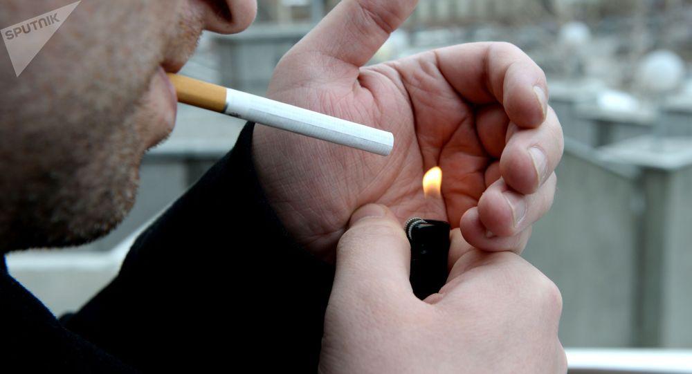 Мужчина курит сигареты. Архивное фото
