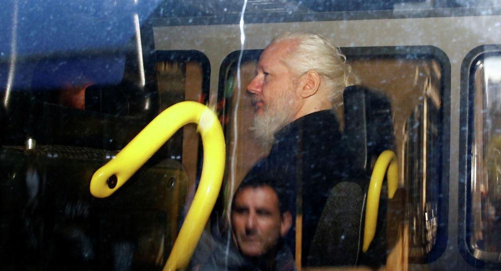 Основатель WikiLeaks Джулиан Ассанж в полицейском фургоне после ареста в Лондоне. Архивное фото