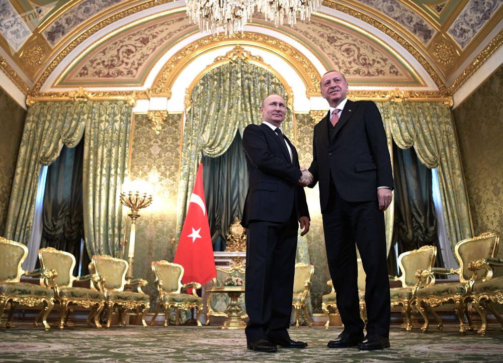Президент РФ Владимир Путин и президент Турции Реджеп Тайип Эрдоган (справа) во время встречи в Кремле