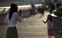 Женщина играет с дочерью. Архивное фото