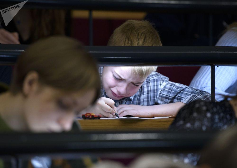 Участник ежегодной образовательной акции по проверке грамотности Тотальный диктант-2019 в Королевском колледже Лондона