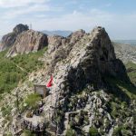 Вид на гору Сулайман-Тоо и домик Бабура в центре Оша