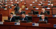 Депутаты слушают президента КР Жээнбекова во время заседании. Архивное фото
