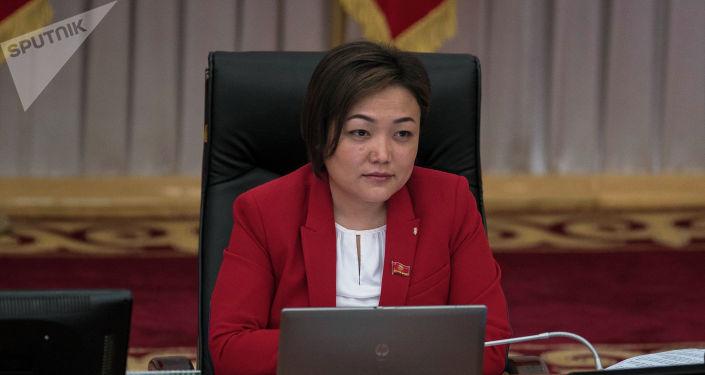 Депутат Жогорку Кенеша от фракции СДПК Аида Касымалиева во время заседания