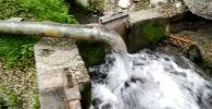 В Бишкеке очевидцы сняли на видео, как из трубы мощным напором хлещет вода.