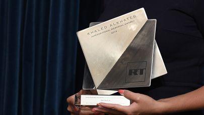 Награда международной премии The Khaled Alkhateb Memorial Awards. Архивное фото