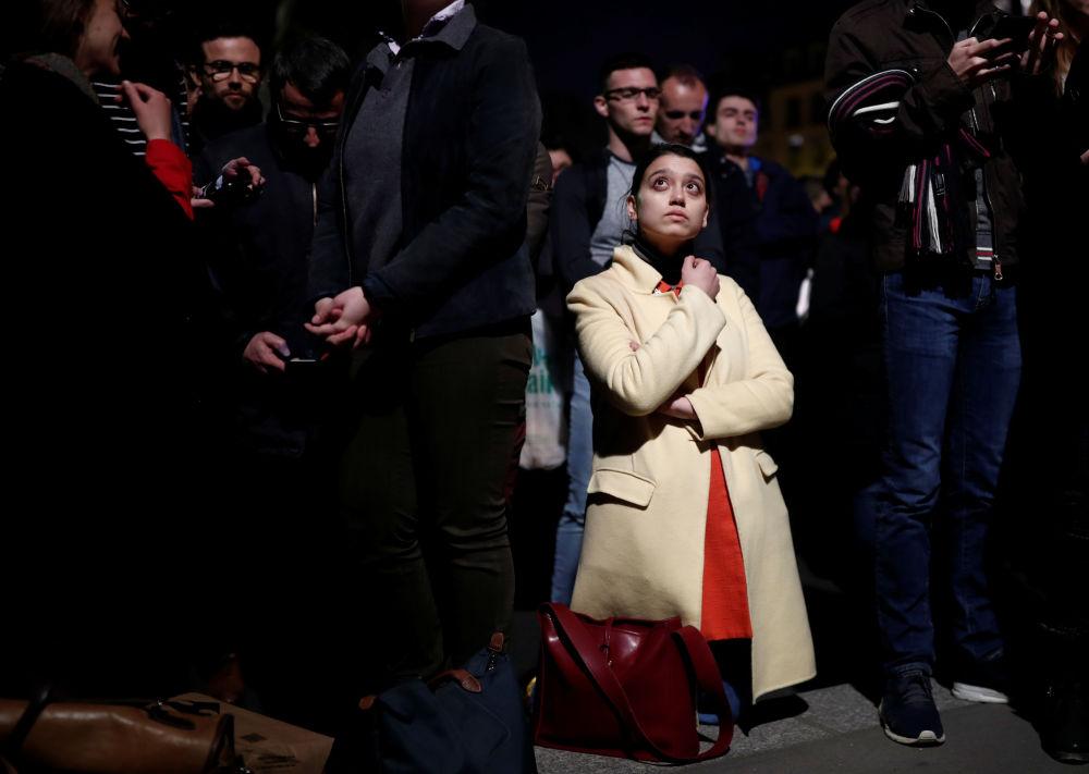За пламенем, который уничтожал храм, наблюдатели сотни и тысячи парижан и туристов