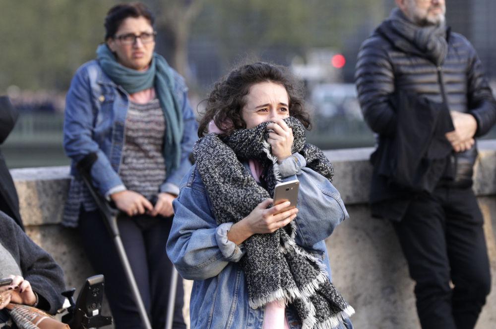 Девушка плачет при виде пожара
