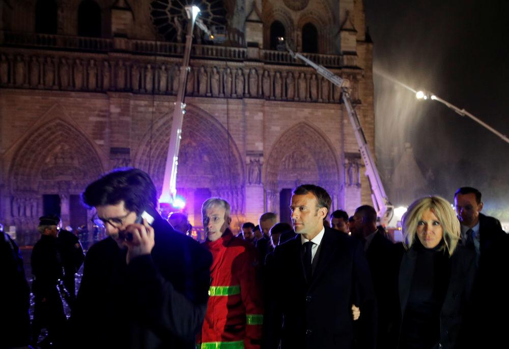 Президент Франции Эмманюэль Макрон с женой на месте пожара
