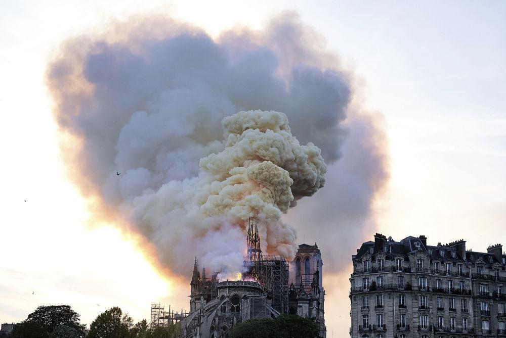 Клубы дыма были видны во многих районах Парижа