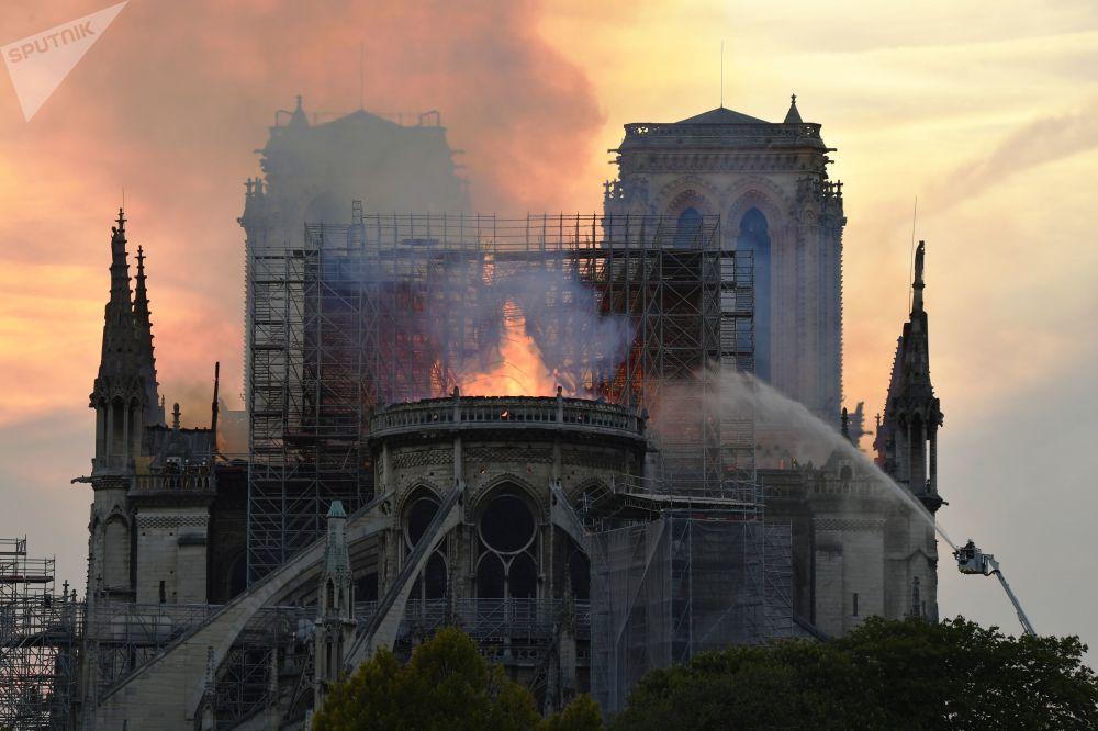По предварительной информации, загорелись строительные леса. В соборе шли реставрационные работы.