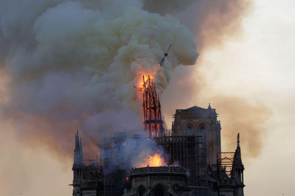 Во время пожара обрушился шпиль