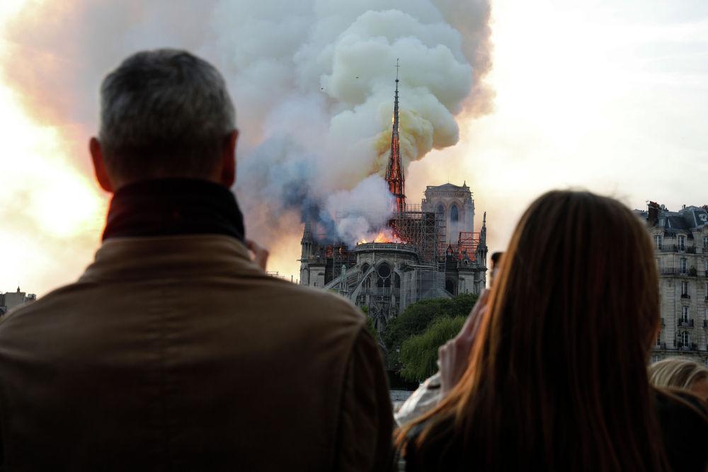Пожар начался 15 апреля в 18:50 по парижскому времени (22:50 бшк)