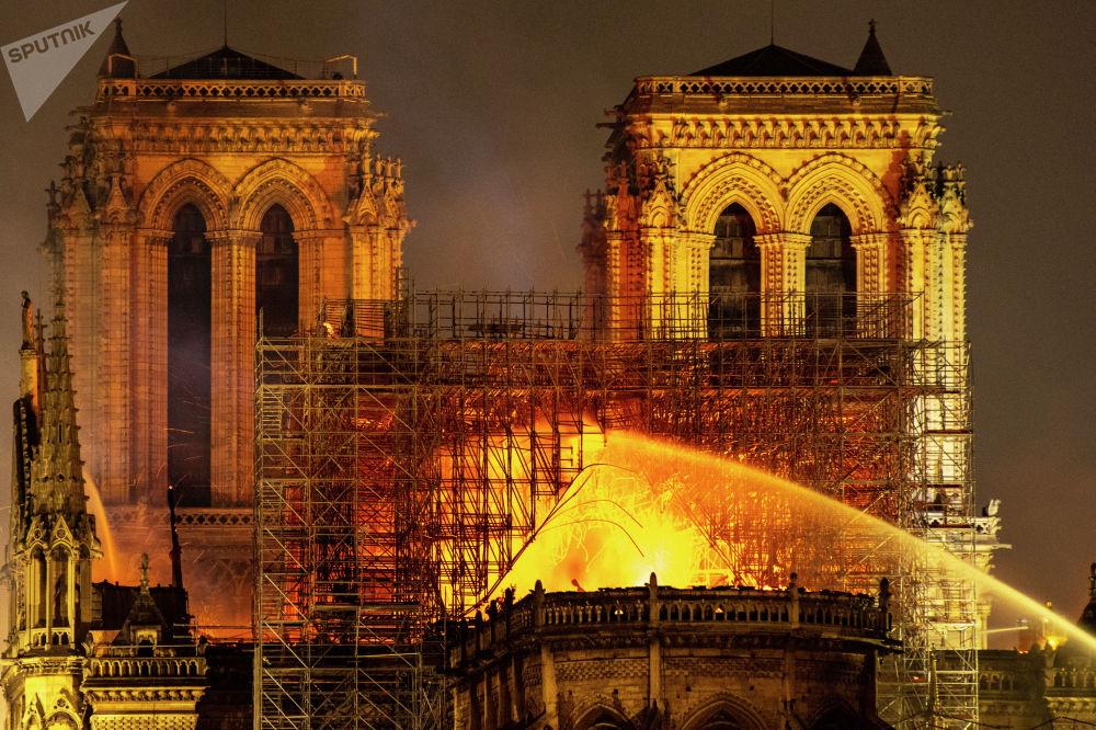 Сам собор начали строить в 1163 году, его неоднократно перестраивали и расширяли. В XIX веке его даже предлагали снести, но после одноименного романа Виктора Гюго храм отреставрировали. Работы шли 23 года.