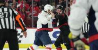 Известный российский хоккеист клуба Вашингтон Александр Овечкин подрался с форвардом Каролины Андреем Свечниковым