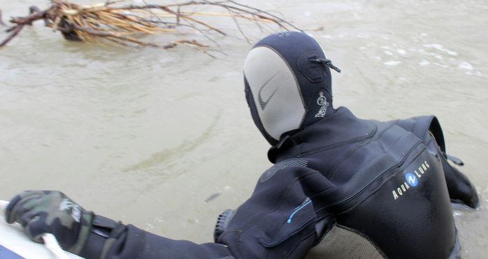 На поиски утонувшего 5-летнего ребенка в реке Ат-Баши в селе Константиновка Чуйской области вышли 115 спасателей и четыре водолаза из Казахстана. 17 апреля, 2019 года