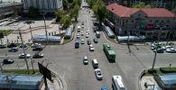 Автомобильное движение на пересечении улицы Байтик-Баатыра и проспекта Чуй в центре Бишкека