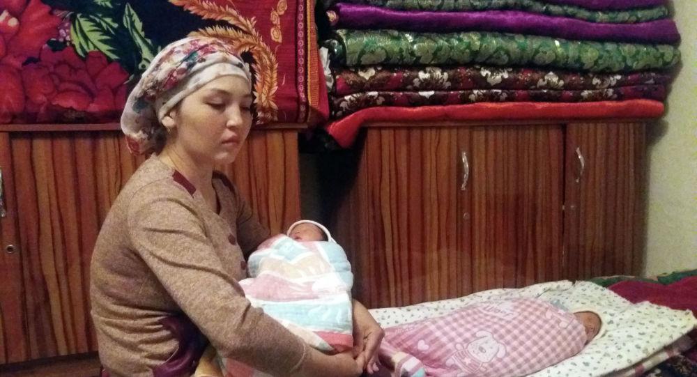 24-летняя Гульзина Абдимажитова, родившая в Ошском областном роддоме дочерей-близняшек